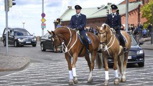 Den ridande polisen i Helsingfors ledde begravningsföljet genom Helsingfors centrum den 25 maj 2017.