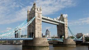 Bron Tower Bridge över floden Thames i London
