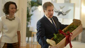 President Sauli Niinistö tar emot den traditionella julgäddan på Talludden
