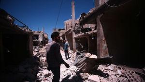 Upptrappade strider hotar den bräckliga fredsprocessen. Här inspekterar invånare i Damaskusförorten Deir al-Asafir skadorna efter en flygattack som krävde trettio dödsoffer för knappt två veckor sedan