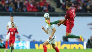 Bruno Alves träffar Harry Kane i huvudet på Wembley 2016.