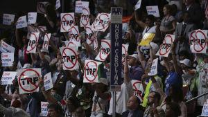 Demokratiska delegater demonstrerade mot frihandelsavtalet TPP under partikonventet i Philadelphia.