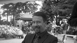 Tommi Eronen nauraa Presidentti-sarjan kuvauksissa.