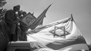 Israeliska soldater firar sin seger.
