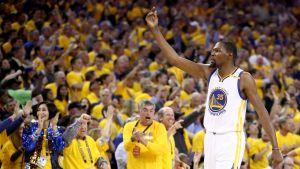 Golden States Kevin Durant jublar inför hemmapubliken.