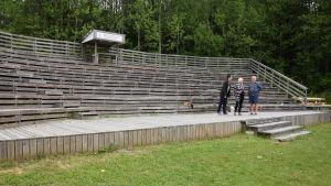 En scen i Sjundeå där publiken sitter då pjäser spelas.