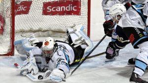 Sami Rajaniemi kastar sig på pucken.