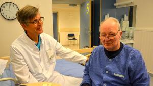 Biträdande överläkare Stefan Strang och patienten Alf Ström vid Korsholms närsjukhus