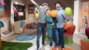 Programledarna i BUU-klubben blåser ballongen