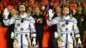 Jing Haipeng och Chen Dong skall utföra vetenskapliga och medicinska experiment i 30 dygn i rymden innan de återvänder till jorden.