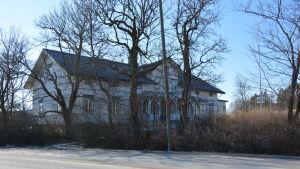 Vitt gammalt hus.