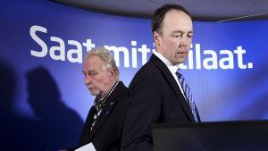 Jussi Halla-aho och Matti Putkonen går förbi varandra.
