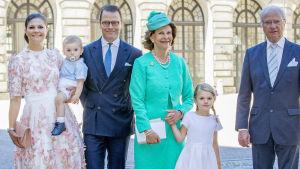 Kronrinsessan Victoria, prins Oscar, prins Daniel, drottning Silvia, prinsessan Estelle och kung Carl Gustaf.