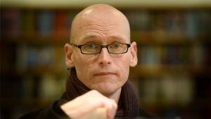 Författaren Jussi Valtonen.