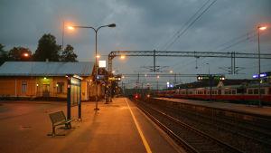 Karis tågstation, till höger syns ett Y-tåg.