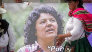 Medlemmar av nätverket för ursprungsbefolkningen i Latinamerika sörjer mordet på Berta Cáceres i mars