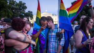 Minnesstund utanför Vita Huset i Washington för offren i masskjutningen i Orlando