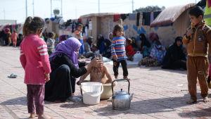 Flyktingar i flyktinglägret Debaga, utanför Erbil i irakiska Kurdistan, dit många flytt från Mosul-trakten 18.10.2016