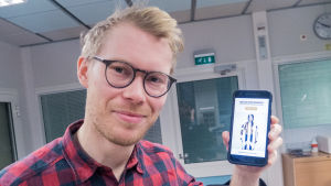 Fotograf Lukas Renlund med sin mobilapp Mopho.