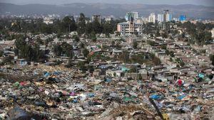 Minst 40 människor begravdes under ett jord- och avfallsskred på en soptipp nära Etiopiens huvudstad Addis Abeba den 11 mars 2017.