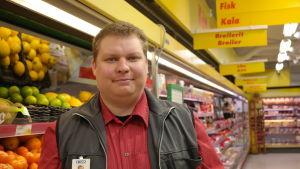 Mikko Mäki står vid fruktdisken i Sale i Nagu