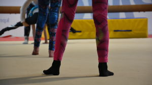 Fötter i en gymnastiksal.
