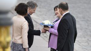 President Sauli Niinistö överräcker en blombukett till Eliza Jean Reid, fru till Islands president Guðni Thorlacius Jóhannesson.