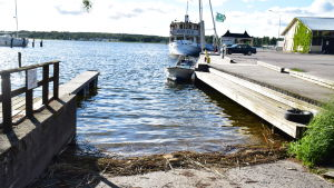 En båtramp ner i vattnet.