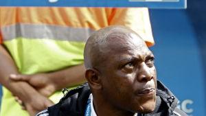 Stephen Keshi tittar snett åt vänster.
