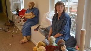 Konstnär Pauliina Turakka Purhonen invid sina textilskulpturer