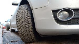 dubbdäck på parkerad bil