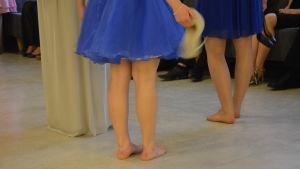 Skorna åker av efter dansen.