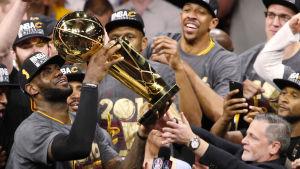 LeBron James lyfter NBA-pokalen.