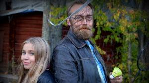 Linnea Skog och Frank Skog vid badmintonplanen hemma i Söderveckoski i Borgå.