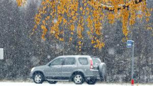 Bil står på vintring väg.