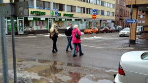 Personer på väg över en gata.