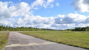 Landningsbanan på Täktom flygfält.