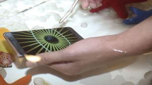 Samsung Galaxy Note 7 nedsänkt i vatten.