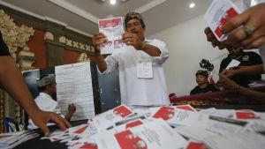 Rösterna från presidentvalet räknas i Indonesien 9.7.2014.
