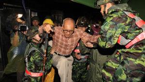 Soldater evakuerar människor undan tyfon i augusti 2015.