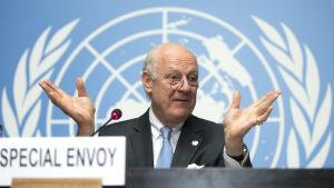 FN:s specialsändebud för Syrien, Staffan de Mistura, håller presskonferens i FN:s högkvarter i Genève 27.4.2016