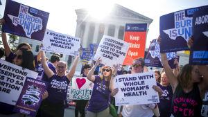 Aborträttsförespråkare jublade utanför USA:s högsta domstol.