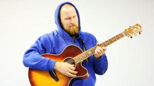 Paleface kitara kädessään.