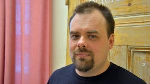 Daniel Åkermark vid sin arbetsplats Resurscentret Föregångarna.