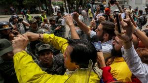 Oppositionsaktivister protesterade utanför Högsta domstolen i Caracas efter det kontroversiella beslutet