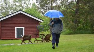 Rabbe Smedlund går över gräsmattan på Lillholmen.