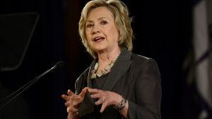 Hillary Clinton håller ett tal om ekonomi på New York University Leonard N. Stern School of Business, i New York, den 24 juli 2015.