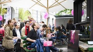 Förespråkare för en medborgarlön följer intensivt med rösträkningen i Bern efter folkomröstningen på söndag