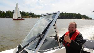 Jussi Lehti, servicechef på Waltic, kör en Buster XLe.