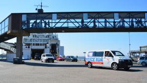 Peace Run-bilarna kör i land i hamnen i Vasa.